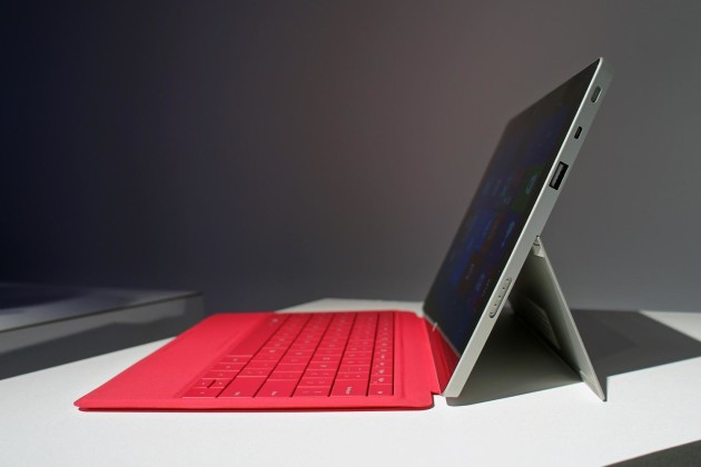Microsoft-Surface-2-hands-on-left